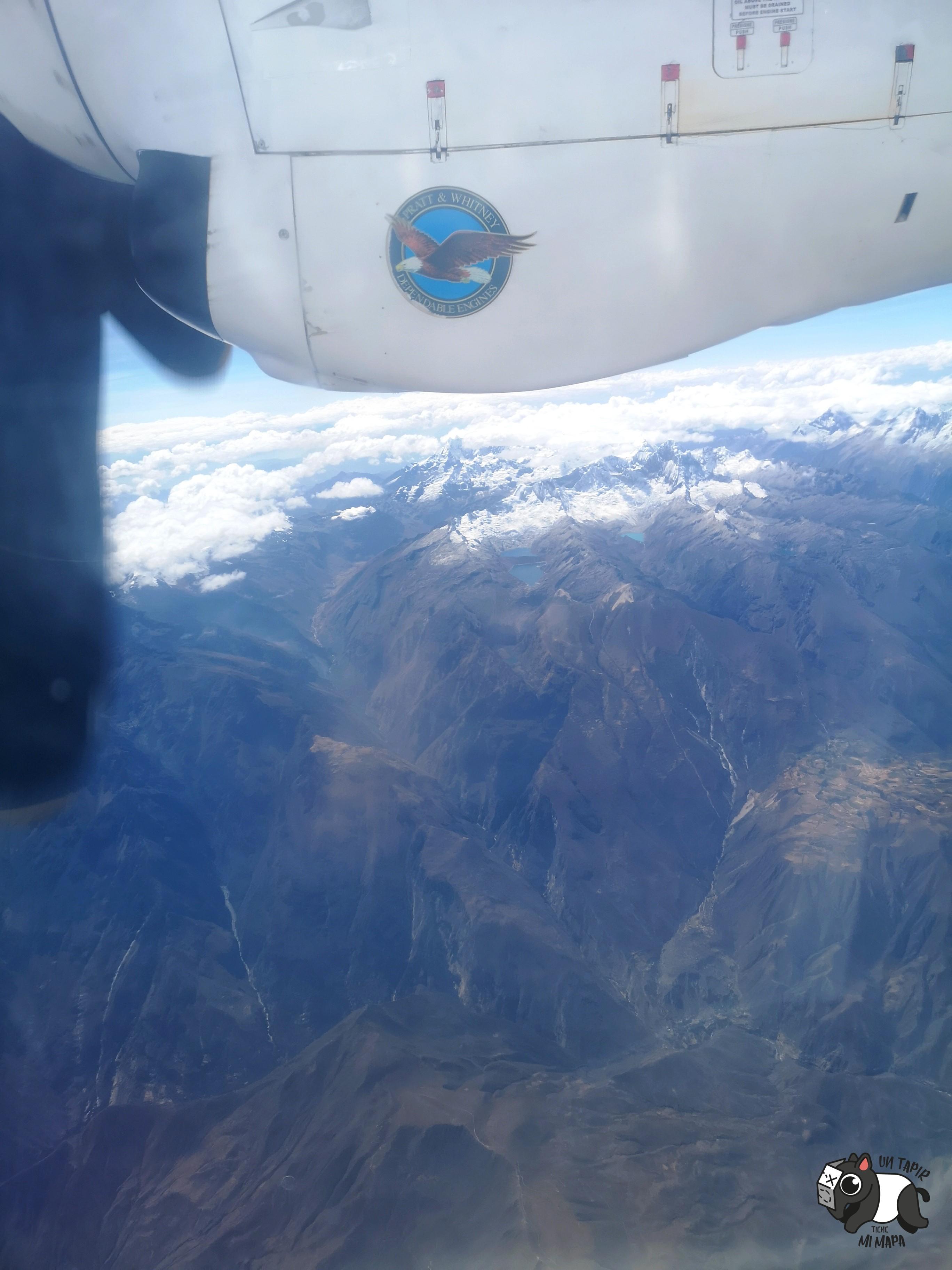 Vistas algo borrosas entre las hélices de la avioneta.