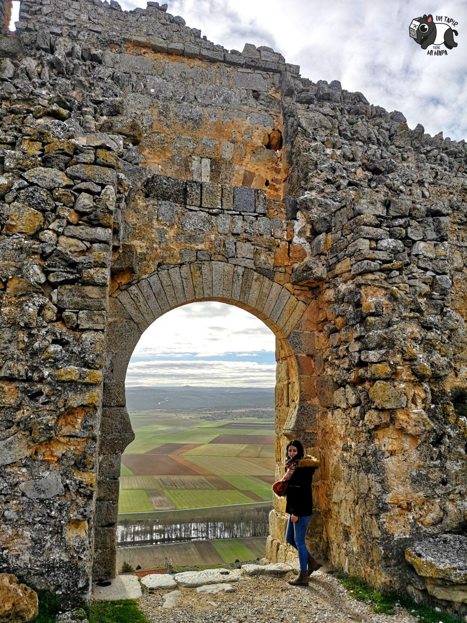 Vista del paisaje a través de una de las puertas del castillo de Gormaz.