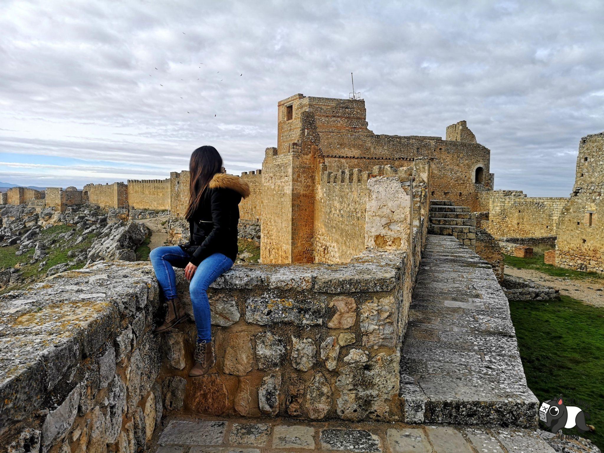 Sentada en la muralla del castillo de Gormaz, en la parte del Alcázar.
