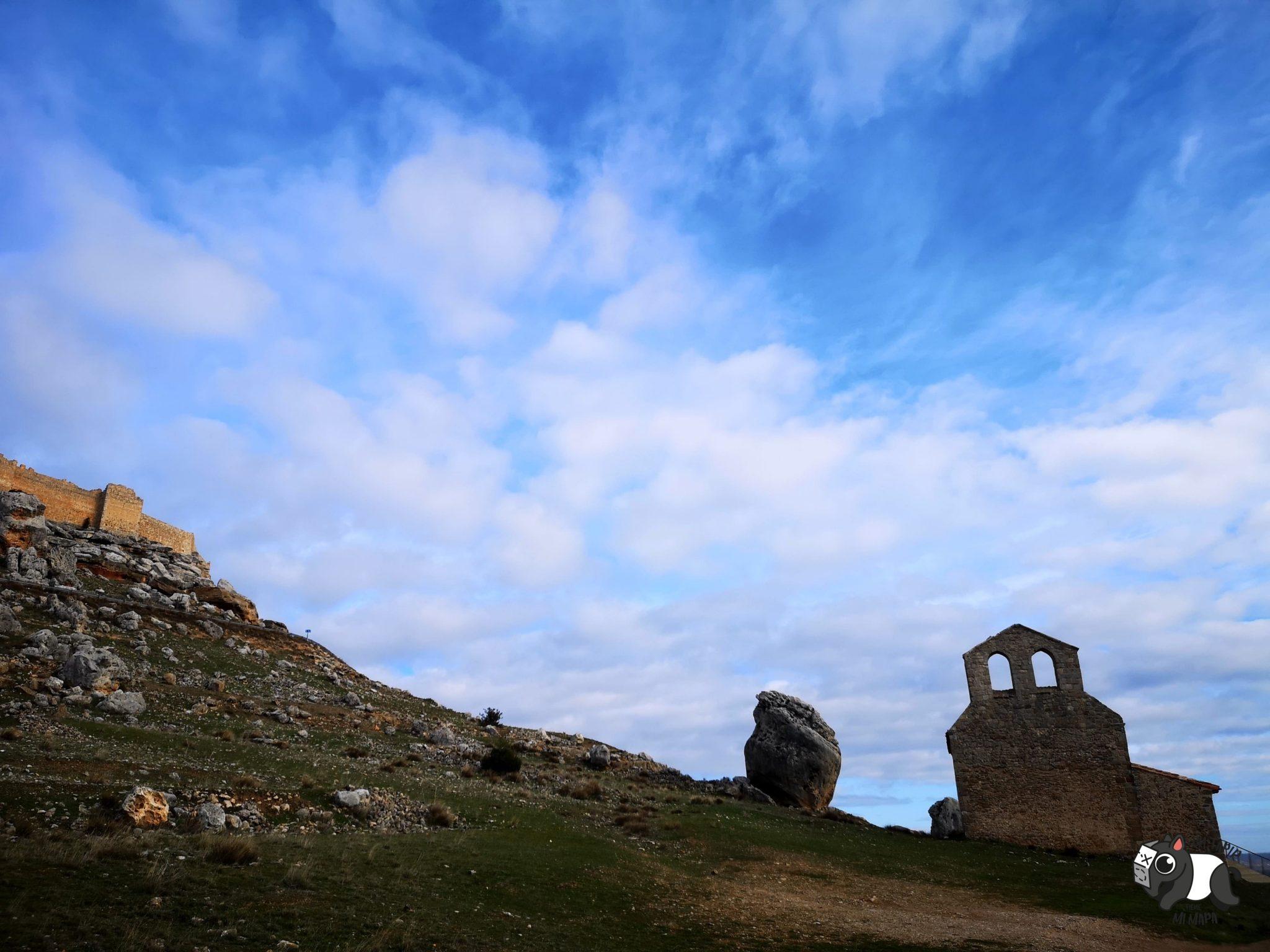 Vistas de la Ermita de San Miguel de Gormaz y parte de la muralla de la fortaleza.