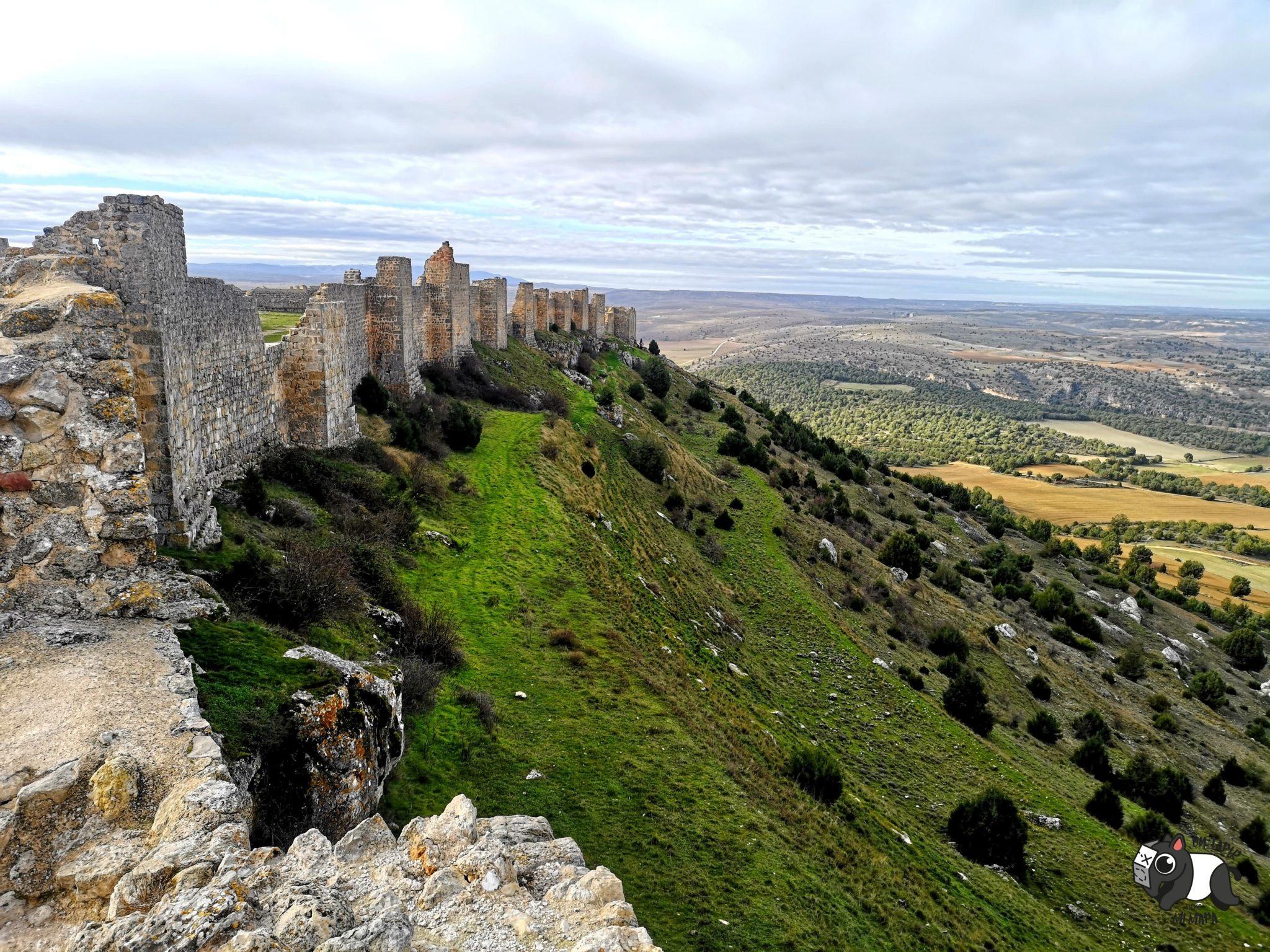 Muralla del castillo de Gormaz, en lo alto de la montaña, con cielo infinito.