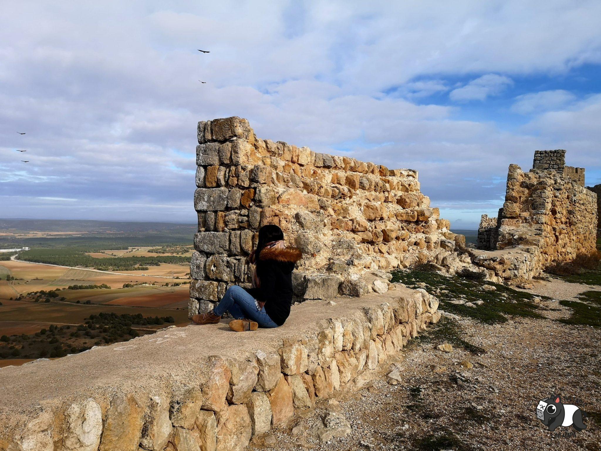 Sentada en la muralla disfrutando de las vistas y del vuelo de los buitres.