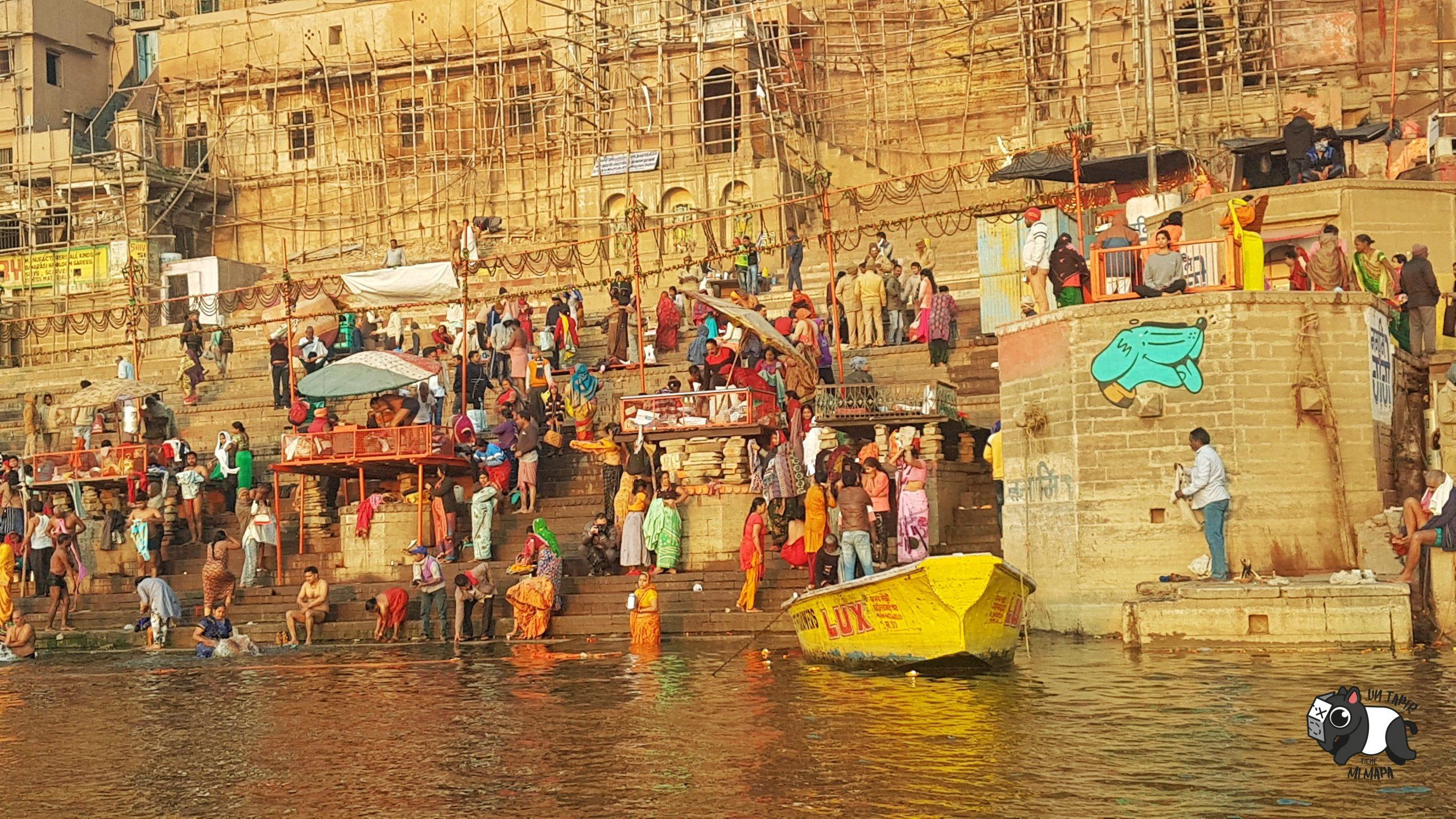 Imagen de la ceremonia celebrada al amanecer a orillas del Ganges en Varanasi
