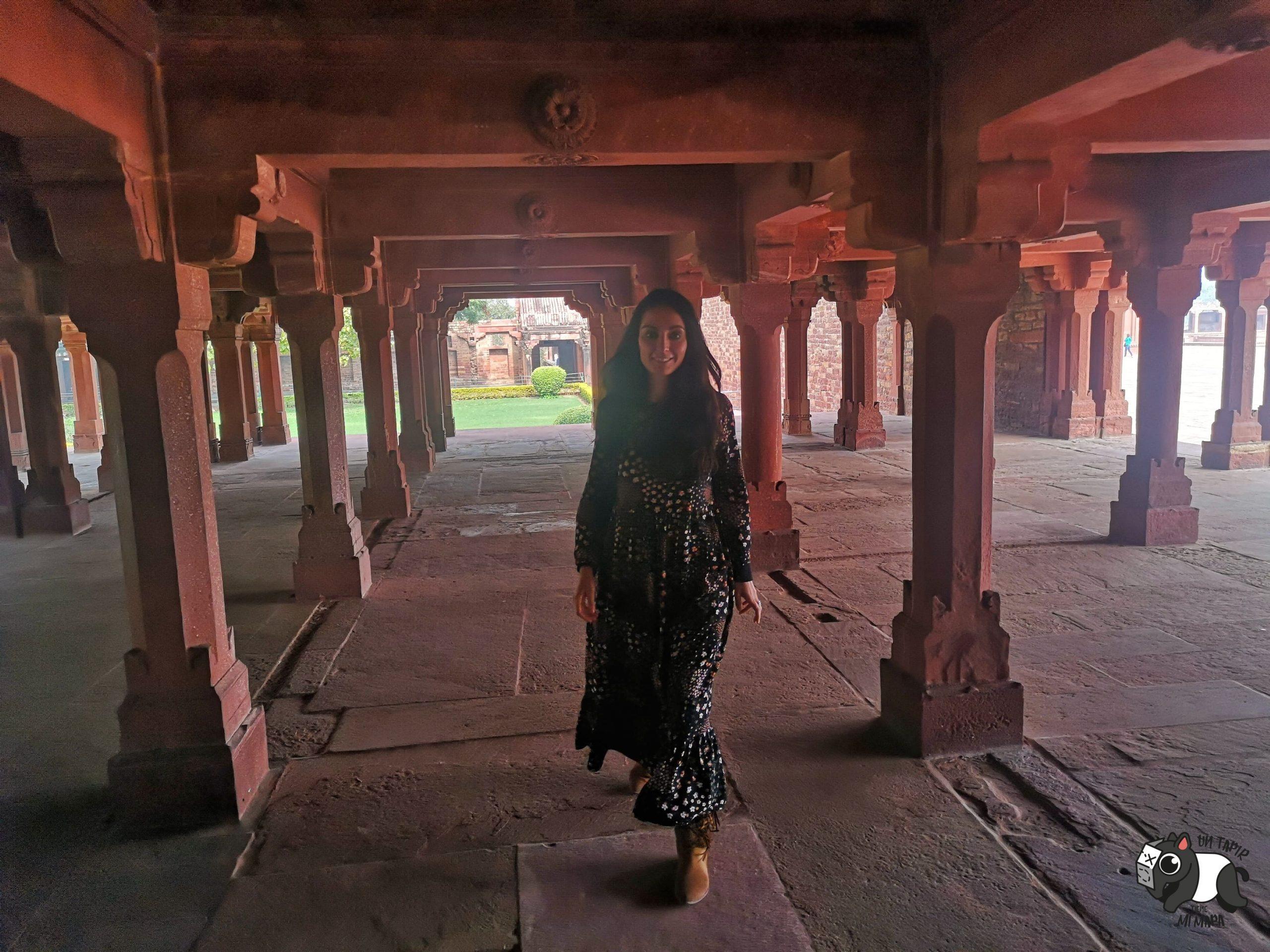 En la parte baja de uno de los templos de Fatehpur Sikri.