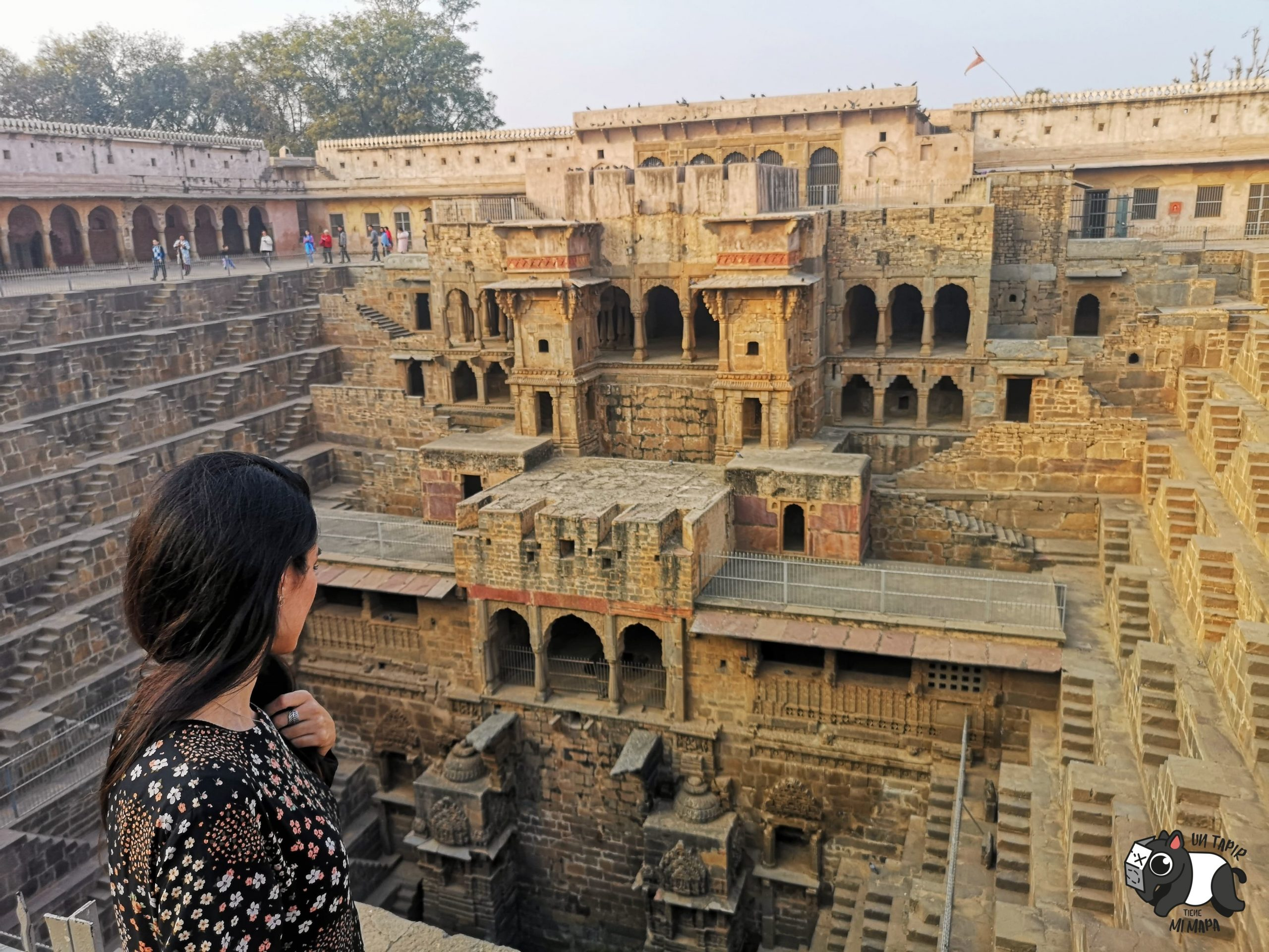 Chand Baori. Aljibe con escalones y templo incrustado en la construcción.