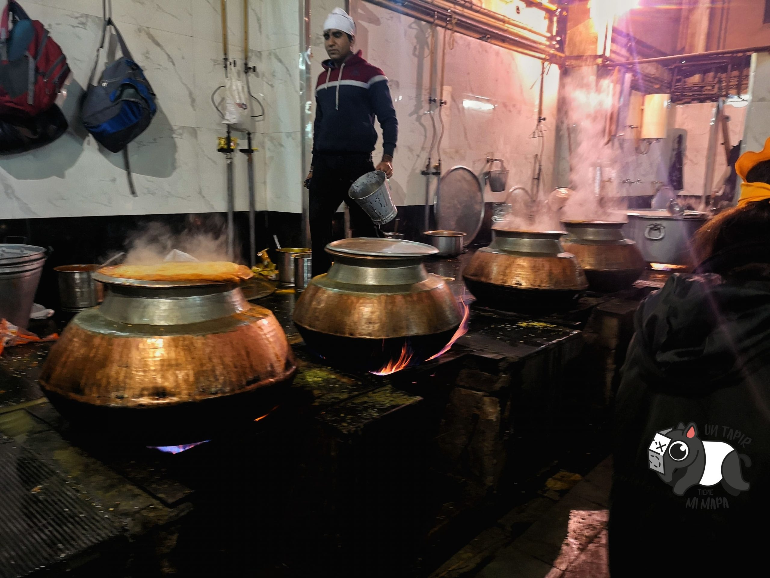 Fogones en la cocina de Gurdwara Bangla Sahib Temple