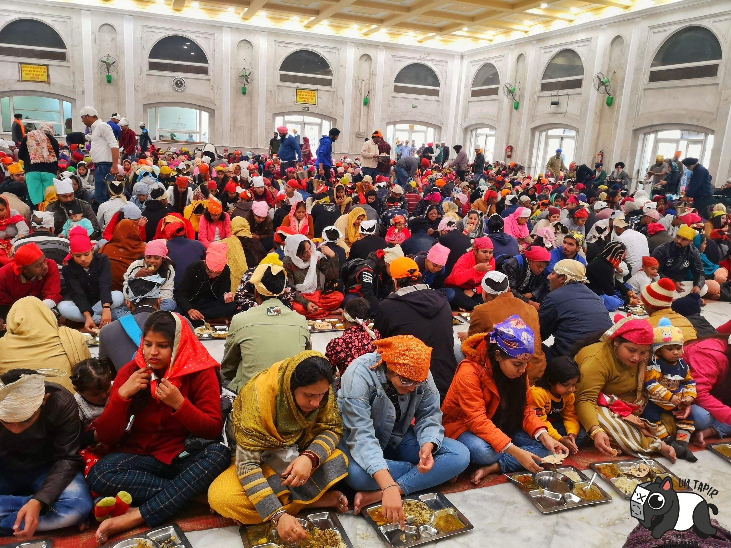 Comedor lleno de gente en Gurdwara Bangla Sahib Temple.