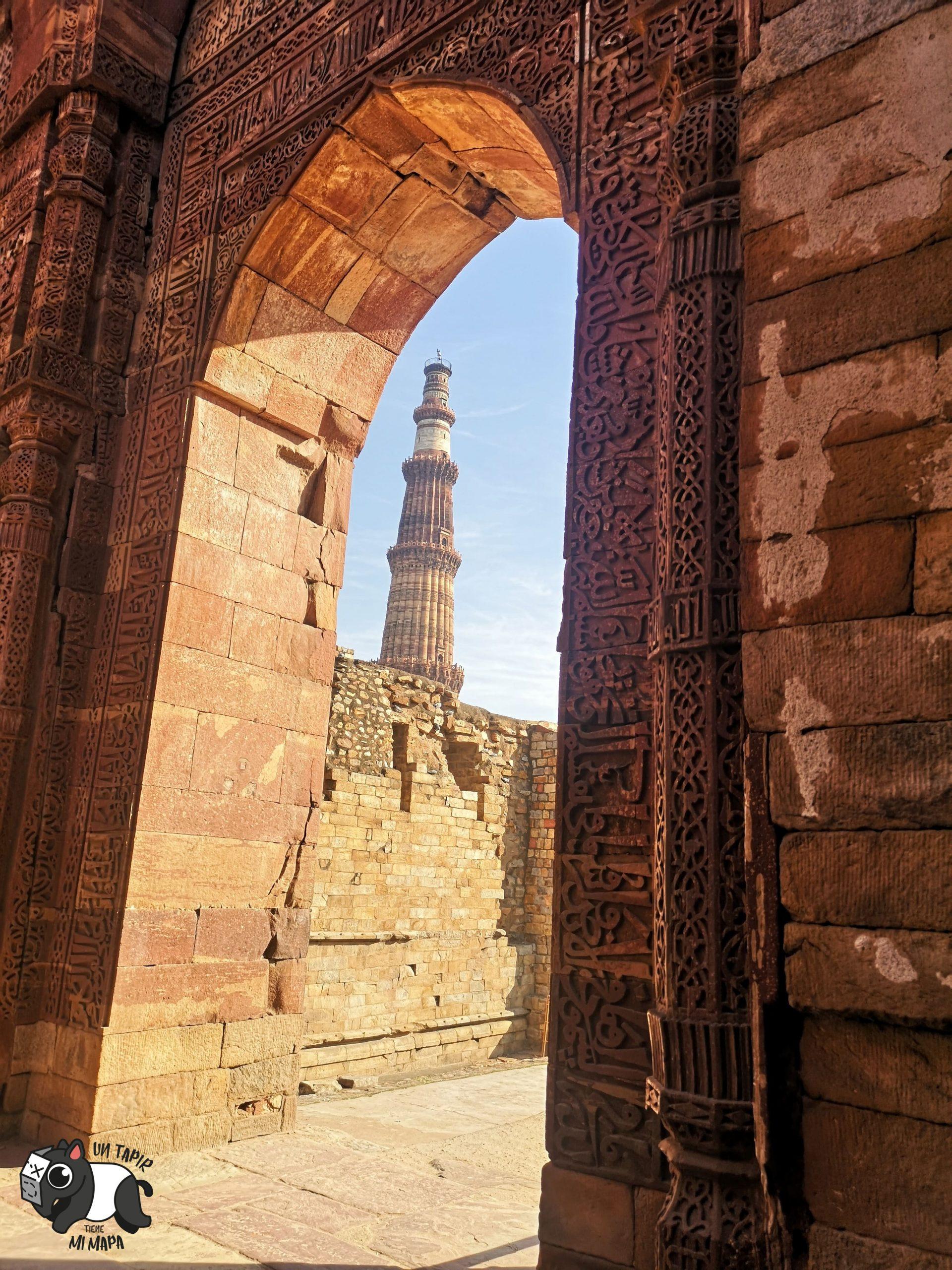 Imagen de Qutb Minar desde una de las puertas del complejo.