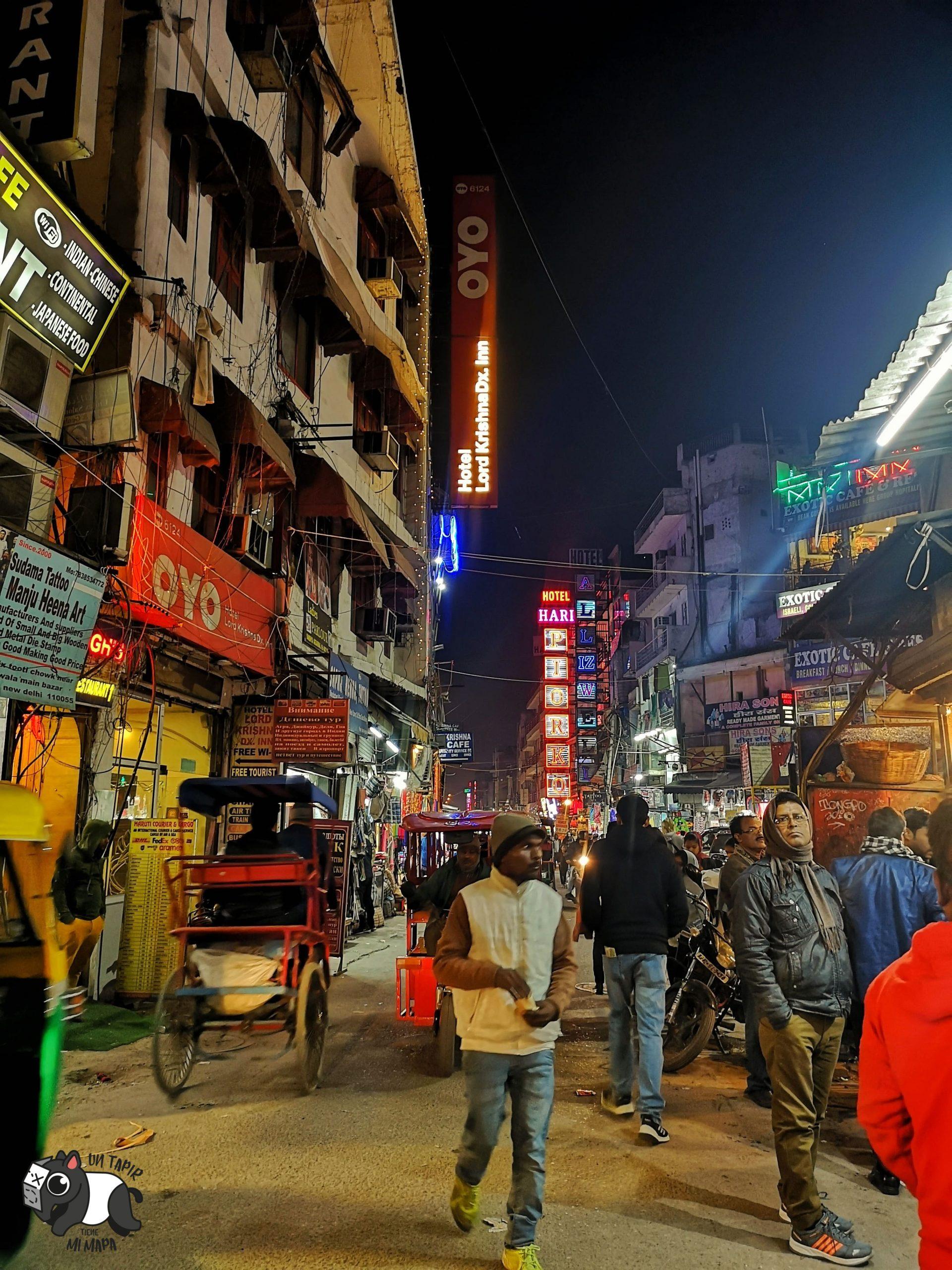 Calle repleta de gente y tráfico en Main Bazaar de Delhi.