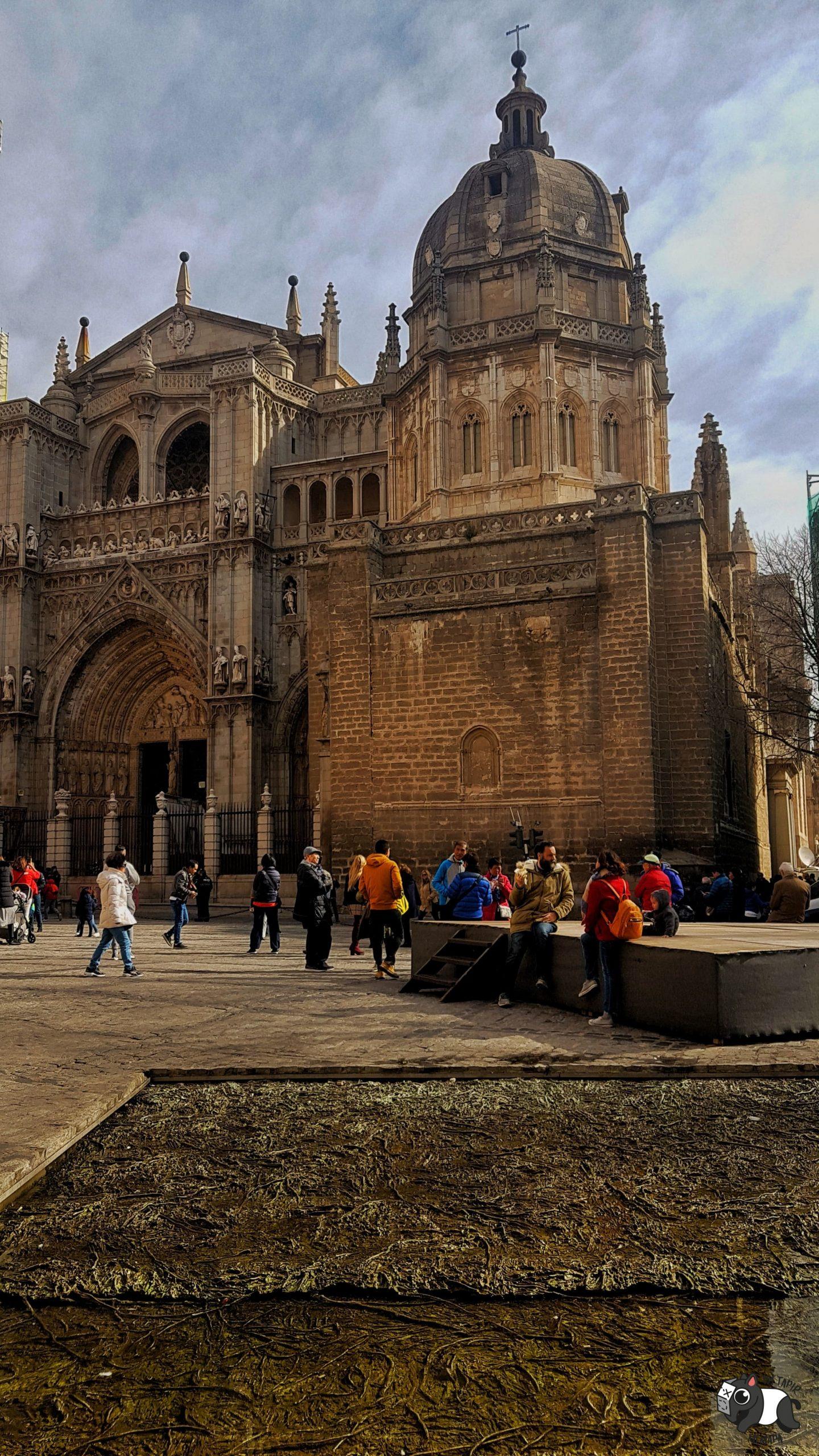 Vista de la fachada de la Catedral de Toledo y la fuente que se llena con agua del Tajo