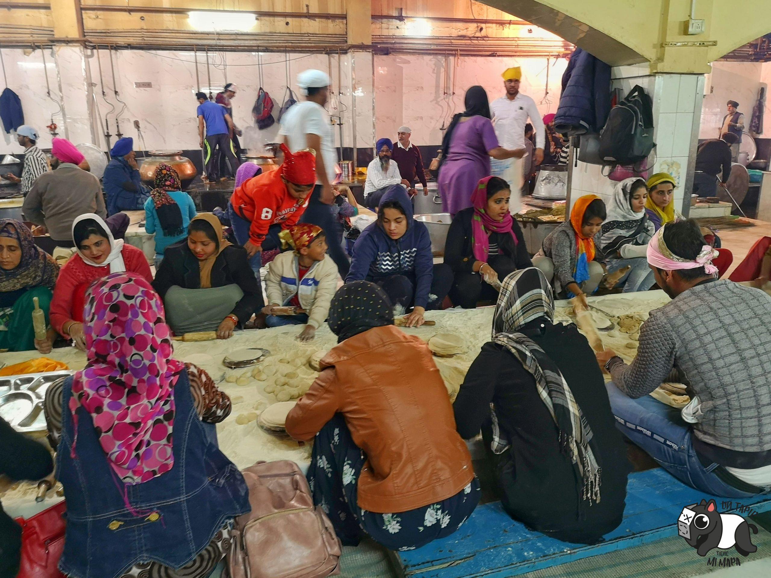 Voluntarios cocinando en Gurdwara Bangla Sahib Temple.